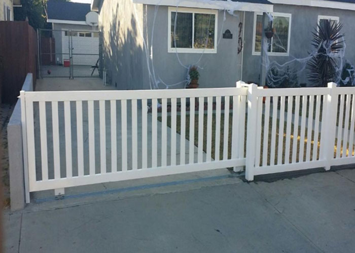 Closed Top Picket Buetts Fence